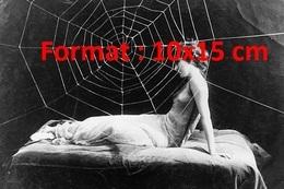 Reproduction D'une Photographie Ancienne De Mlle Ledue Prise Dans Une Toile D'araignée Aux Folies Bergères En 1924 - Reproductions