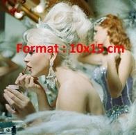 Reproduction D'une Photographie Ancienne D'une Danseuses Se Maquillant Dans Sa Loge Aux Folies Bergères En 1961 - Reproductions