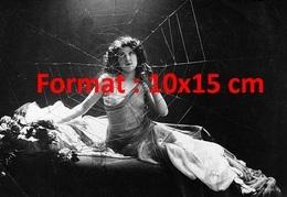 Reproduction D'une Photographie Ancienne De Mlle Ledue Prisonnière D' Une Toile D'araignée Aux Folies Bergères - Reproductions