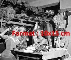 Reproduction D'une Photographie Ancienne De Danseuses Se Préparant Aux Folies Bergères En 1953 - Reproductions