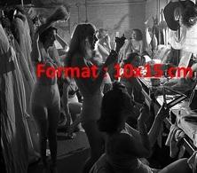 Reproduction Photographie Ancienne De La Troupe De Danseuses En Sous-vêtement Dans Leur Loge Aux Folies Bergères En 1949 - Reproductions