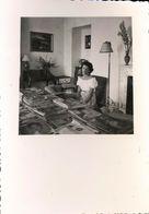 Snapshot Photo Femme Assise Devant Magazines Et Journaux Times Romy Schneider - Persone Anonimi