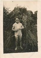 Snaphot Jeune Garçon Debout Devant Des Bottes De Foin Young Boy Hay Vintage - Persone Anonimi