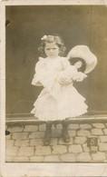 Photo-carte Fillette Jeune Fille Avec Poupée Ancienne Young Girl Ancient Doll - Persone Anonimi