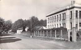 MILITARIA Casernes - Camps - 01 - SATHONAY CAMP Entrée Et Infirmerie Du Camp - CPSM Dentelée N/B Format CPA 1960 - Ain - Barracks