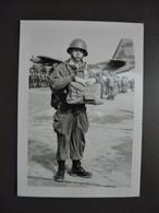 PHOTO - ENA - PAU 64  Parachutiste Militaire & Groupe Embarquement Dans L'avion Dimension Cpa - Guerre, Militaire