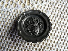 Miniature Collector En étain Avec Poinçon - Assiette En Relief Avec Armoirie à L'intérieur - Etains