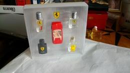 Coffret De Miniatures  Ferrari 4 Bouteilles Pleines Et Une Voiture - Miniatures Modernes (à Partir De 1961)