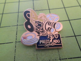 412A Pin's Pins / Beau Et Rare : THEME : PHOTOGRAPHIE / APPAREIL PHOTO CAMERA 1970  PRESS LABO SERVICE - Photographie