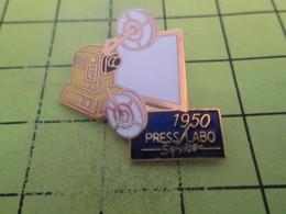 513F Pin's Pins / Beau Et Rare : THEME : PHOTOGRAPHIE / APPAREIL PHOTO PROJECTEUR 1950   PRESS LABO SERVICE - Photographie