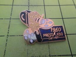 1318c Pin's Pins / Beau Et Rare : THEME : PHOTOGRAPHIE / APPAREIL PHOTO  CAMERA 1960 PRESS LABO SERVICE - Photographie