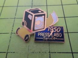 1318c Pin's Pins / Beau Et Rare : THEME : PHOTOGRAPHIE / APPAREIL PHOTO  1950 PRESS LABO SERVICE - Photographie