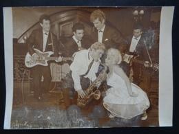 PHOTO DU GROUPE LES CHAUSSETTES NOIRES AVEC EDDY MITCHEL ( PHOTO AGIP, ROBERT COHEN ) - Célébrités