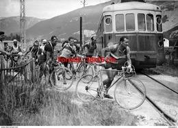 Reproduction D'une Photographie De Coureurs Traversant Une Voie Ferrée Devant Un Train - Repro's
