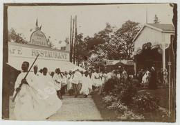 Poitiers . Parade Africaine Devant Les Bâtiments De L'Exposition Industrielle , Commerciale Et Des Beaux-Arts De 1899 . - Lieux