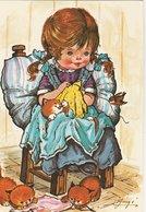 Illustrateur: GUIGE ? FILLETTE Cousant, Assise Sur Une Chaise Entourée De Trois Chats Et Un Oiseau - Illustrateurs & Photographes