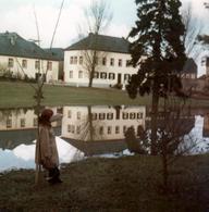 Photo Carrée Originale Reflets Et Déformations Au Fil De L'Eau - Femme Montrant Du Doigt Un Bien Joli Reflet Vers 1970 - Lieux