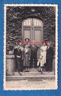 Photo Ancienne - HOMECOURT - Portrait De Famille Devant La Porte D'une Belle Maison à Situer - 1952 - Lieux