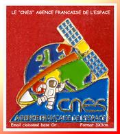 """SUPER PIN'S ESPACE : Emis Par """"LE CNES"""" 1er Homme Sur La LUNE, AGENCE FRANCAISE De L'ESPACE, émail Cloisonné Or 3X3cm - Espace"""