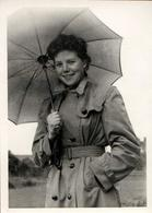 Photo Originale Parapluie, Parasols & Ombrelles Ne Protègent Généralement Que Du Soleil ! Imperméable Et Sourire 1960's - Pin-up