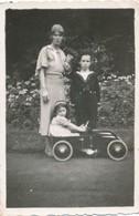 Snapshot Femme Garçon Et Fillette Dans Une Voiture Jouet à Pédales 1938 Car Toy - Automobili