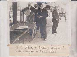 MM KLOTZ ET MESSIMY ATTENDENT LE TRAIN A LA GARE DE RAMBOUILLET 18*13CM Maurice-Louis BRANGER PARÍS (1874-1950) - Personalidades Famosas