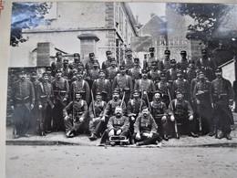 Guerre 14/18 _ Gde Photo ESCORTE Des PRISONNIERS - 64 Eme Régiment Infanterie, 13 Eme Compagnie A NEVERS En 1914 - TBE - Krieg, Militär
