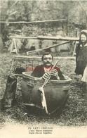 """WW 2 X Cpa 23 AU PAYS CREUSOIS. Rare Un Musicien Dans Un Chaudron """" Piarre Musetaire """" 1918 Et Vieille Paysanne 1902 - Francia"""