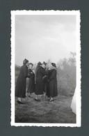 Photo Ancienne Groupe De Femmes élégantes Elegant Women Ayant Un Fou Rire Blague Kidding Chapeau Hat 1938 - Personas Anónimos