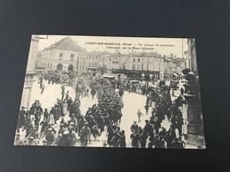 LIGNY EN BARROIS (Meuse) Un Passage De Prisonniers Allemands Sur La Place Nationale - 1917 - Ligny En Barrois