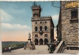 (201) Repubblica Di San Marino - Le Palais Du Gouvernement Et Staue De La Libereté - Saint-Marin