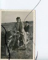 PHOTO A IDENTIFIÉE. Une Femme Et Un Enfant Assis Sur Une Ancienne Moto . - Cars