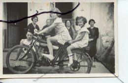 PHOTO A IDENTIFIÉE. Enfants Assis Sur Une Ancienne Moto . - Cars