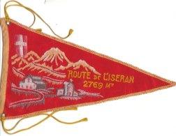 PO8926D# BANDIERINA SOUVENIR IN TELA RICAMATA Anni '50 - FRANCIA - ROUTE DE L'ISERAN - Pubblicitari