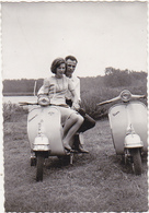 Photographie Amateur / Couple Et 2 VESPA / Années 50 (Provenance Belgique) - Persone Anonimi