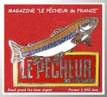 """SUPER PIN'S PÊCHE-MEDIAS : """"LE PÊCHEUR De FRANCE"""", émail Grand Feu Base Argent, Format 2,9X2,4cm - Media"""