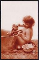 CARTE PHOTO MONTAGE  - JOLIE FILLETTE NUE LAVE SA POUPEE - Pretty Naked Little Girl Washes Her Doll - Superbe état ! - Abbildungen