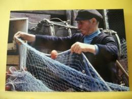 B21 3628 CPM - LA BRETAGNE. APRES LA PÊCHE, LE RAVAUDAGE DES FILETS - ANIMATION PECHEUR REPARANT FILETS SUR LE QUAI - Fishing