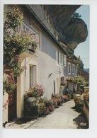 Les Eyzies : Ruelle Fleurie Sous Le Surplomb De La Falaise (cp Vierge N°27 Theojac) - France
