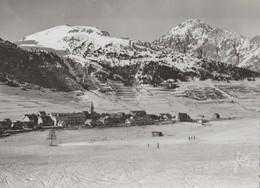 MONTGENEVRE (05). Les Champs De Neige Et Le Village. Skieurs (Sports D'hiver) Et Au Loin Le Chaberton. Carte Yvon - Autres Communes