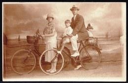VIEILLE CARTE PHOTO MONTEE - SURREALISME - FAMILLE A BICYCLETTE A LA COTE BELGE - SUPERBE MONTAGE ART DECO - VELO - Photographs