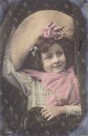 CARTE FANTAISIE .CPA COLORISÉE.  PORTRAIT FILLETTE ET GRAND CHAPEAU . ANNEE 1906 + TEXTE - Portraits