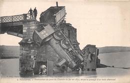 CHARLEVILLE - MEZIERES  - Destruction Du Pont De Chemin De Fer En 1871 Avant Le Passage D'un Train Allemand - Charleville