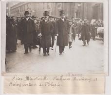 CRISE MINISTERIELLE CAILLAUSE MESSINNY ET MALVY SORTANT DE L'ELYSEE  18*13CM Maurice-Louis BRANGER PARÍS (1874-1950) - Personalidades Famosas