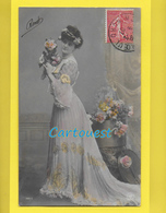 CPA Carte Fantaisie JEUNE FEMME Thème Mode - CHEVEUX COIFFURE ROBE Sur Décor Fleurs - 1907 - Artistes