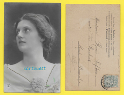 CPA Carte Fantaisie JEUNE FEMME Thème Mode - CHEVEUX COIFFURE  Fleurs - 1905 - Artistes