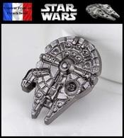 1 Pins Pin's NEUF En Métal ( Brooch ) - Star Wars Faucon Millenium Millenium Falcon - Cinéma