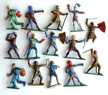 FIGURINES STARLUX -  14 SOLDATS MEDIEVAUX 14 CHEVALIERS MPC Lot Divers Cassées 1966 Figurine Soldat Médiéval Chevalier - Starlux