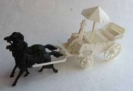 FIGURINE CADEAU BONUX CALECHE Blanche -  Vers 1963 1/43ème (2) - Figurines