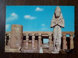 L21/1063 EGYPTE . KARNAK . Temple D'Amon Ra Avec Statue De Taharta - Andere